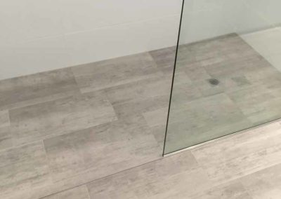 Fixed glass screen with bedded floor